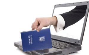 Електронна трудова книжка: роботодавця зобов'язують дублювати записи до її паперового варіанту