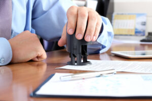 Чи повинна юридична особа скріплювати податкову звітність печаткою?